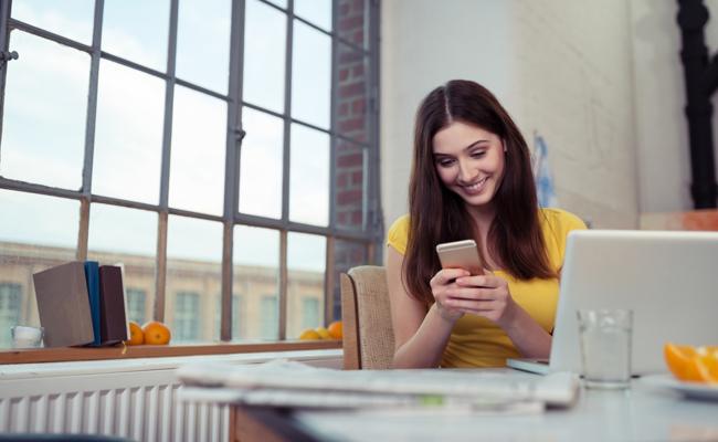 woman-yellow-texting